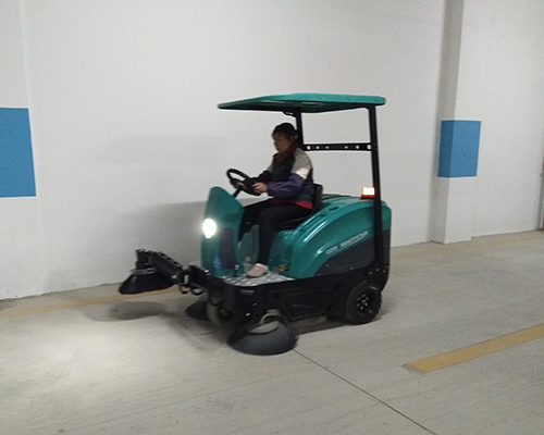 防城港翡翠园小区使用我司扫地机清扫地下停车场灰尘