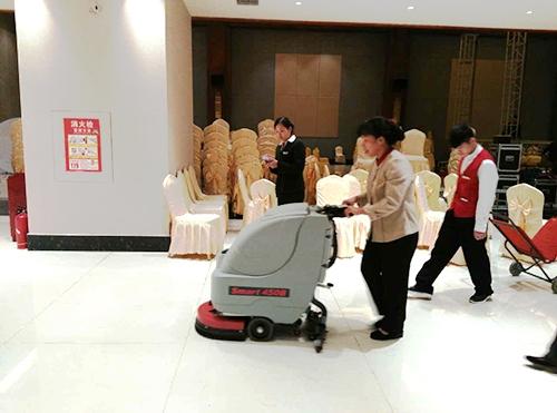 来宾饭店选择510B手推洗地机清洁餐饮区域油污地面