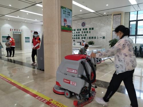 河池某县人民医院为提升卫生清洁品质用手推式洗地机