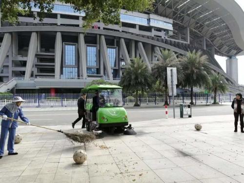 广西体育中心用南宁扫地机清扫园区道路及广场