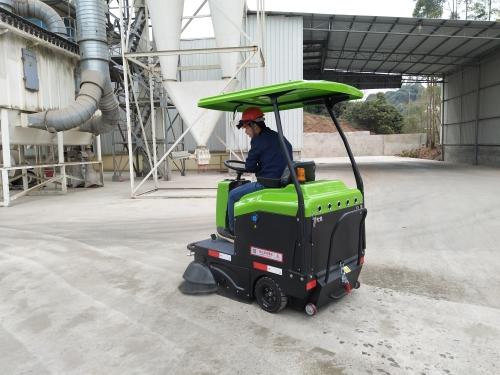 南宁某饲料厂选择我司电动扫地车解决日常清扫问题